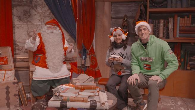 Carmen Alcayde y Óscar Martínez, con Papá Noel en Laponia, dentro de la programación de Navidad de Telemadrid.