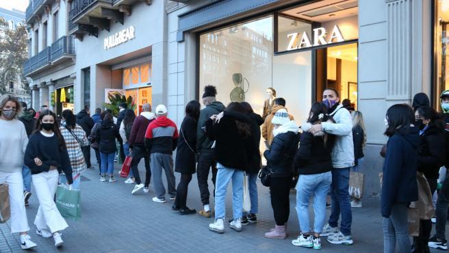 Colas en la calle Pelai de Barcelona para acceder a las tiendas.