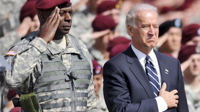 El entonces teniente general Lloyd Austin, junto al entonces vicepresidente y actual presidente electo de EE UU, Joe Biden, durante una ceremonia en Carolina del Norte.