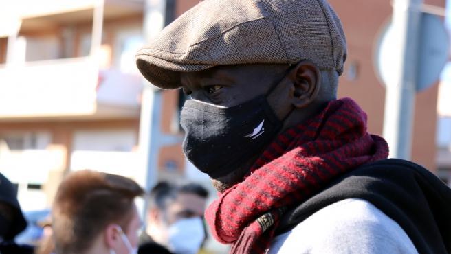 Mansur, procedente de Senegal, ha vivido nueve años en la nave calcinada.