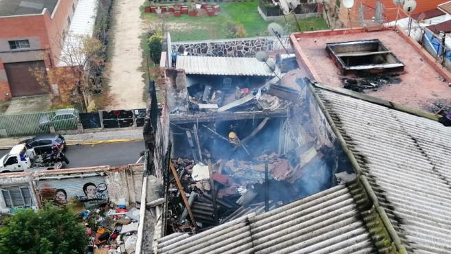 Imagen que muestra el tejado hundido de la nave industrial abandonada que ha sufrido un incendio en Badalona.