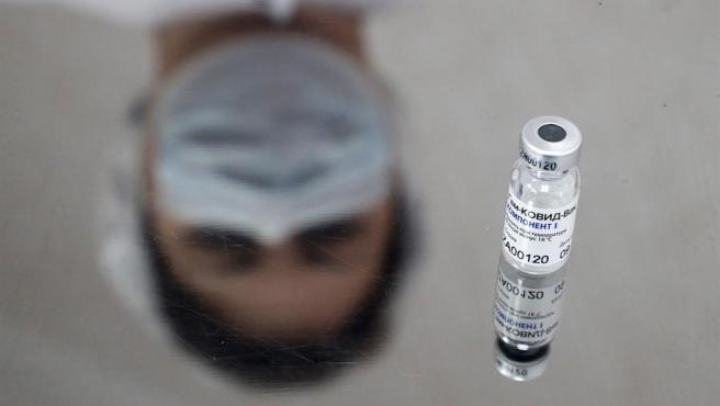 AstraZeneca investigará combinar su vacuna contra la covid con la Sputnik rusa