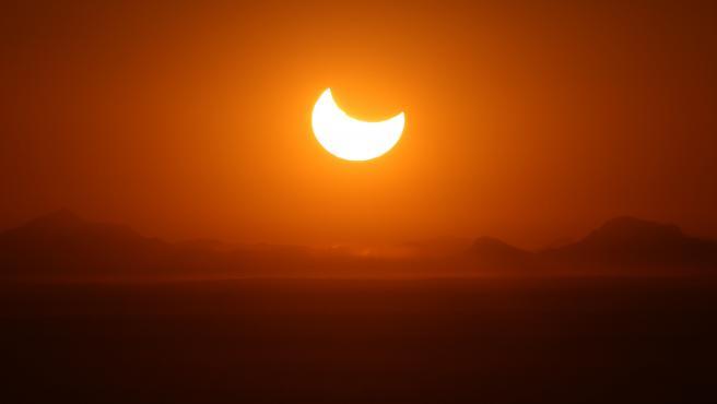 Imagen de un eclipse parcial de Sol desde los Emiratos Árabes Unidos.