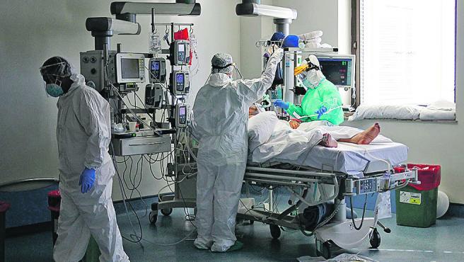 Un paciente de Covid es atendido en la UCI del hospital Ramón y Cajal de Madrid.