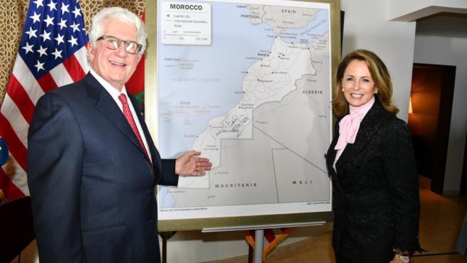 El embajador de Estados Unidos en Marruecos, David T. Fischer, posando con el mapa que ha regalado al rey Mohamed VI.