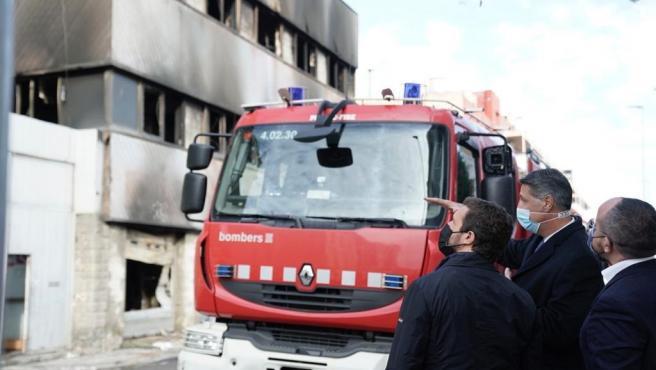 El líder del PP, Pablo Casado, visita la zona afectada por el incendio de una nave en Badalona (Barcelona), con Xavier García Albiol y Alejandro Fernández.