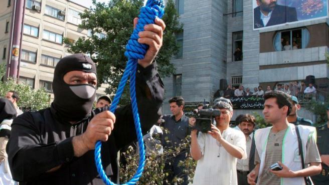 Imagen de archivo de un policía iraní preparando una ejecución pública.