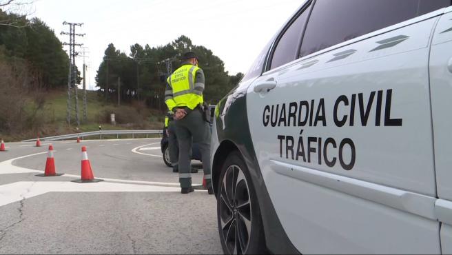 Acceso cortado, con controles policiales, en el Puerto de Navacerrada