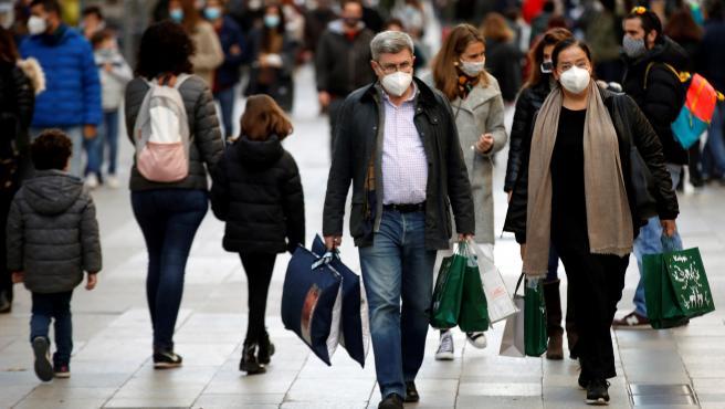 Compradores este domingo en el Portal de l´Àngel de Barcelona adelantando las compras navideñas.