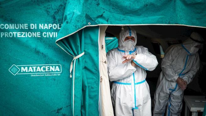 Profesionales sanitarios llevan a cabo test rápidos contra la Covid en un estacionamiento de autobuses en Nápoles, Italia.