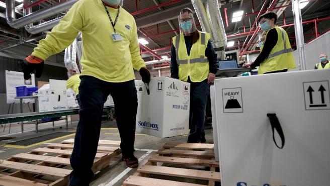 Cajas que contienen la vacuna de Pfizer-BioNTech contra la Covid, listas para ser enviadas desde la planta de Pfizer en Kalamazoo, Michigan.