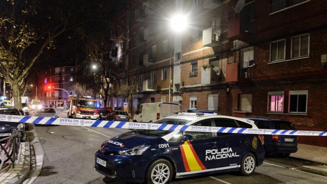 Agentes de la Policía Nacional y efectivos de los Bomberos en la calle General Shelly de Valladolid, donde se ha atrincherado un guardia civil.