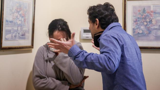 Un hombre levanta la voz y simula un caso de violencia de género con su pareja durante un ejercicio de formación para Policía, en una imagen de archivo.