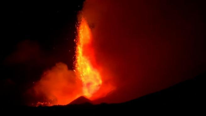 Nuevo despertar del volcán Etna en Sicilia, con espectaculares imágenes. Las erupciones de lava a borbotones comenzaron ayer y han iluminado la oscuridad de la isla italiana durante toda la madrugada. Los vulcanólogos han registrado dos nuevas fisuras en el cráter del volcán más activo de Europa. Además de lava y de humo, ha expulsado grandes cantidades de ceniza que han cubierto las calles y coches de las poblaciones cercanas. El volcán de 3 mil 300 metros de altitud entra en erupción varias veces al año.