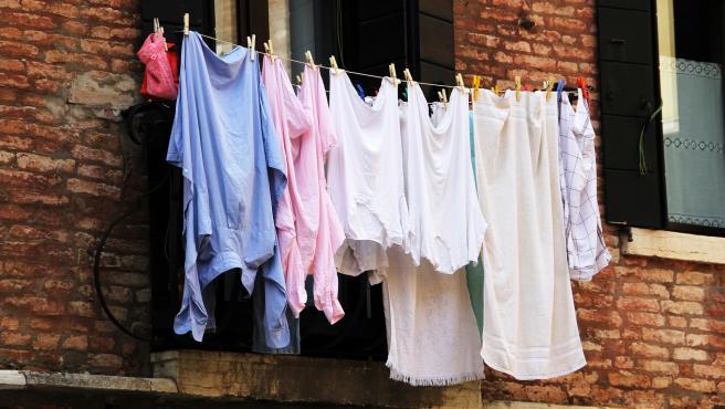 Para mantener nuestras prendas, lo ideal es utilizar buenos productos al hacer la colada.