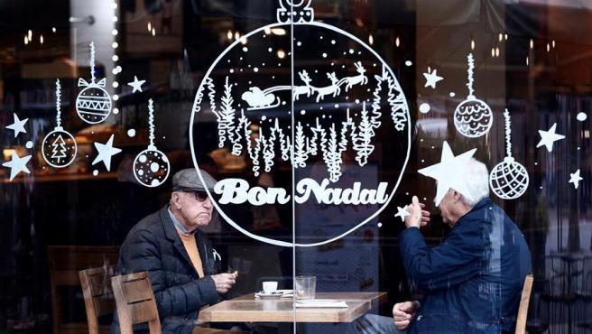 Dos personas desayunan en una cafetería en Barcelona.