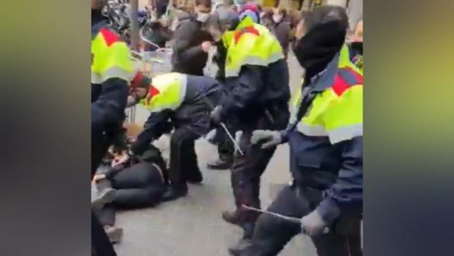Captura del vídeo de las cargas policiales durante un desahucio en Barcelona, este lunes 14 de diciembre de 2020.