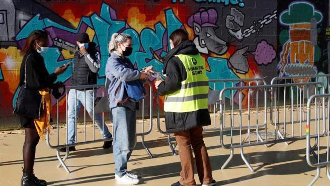 Control de seguridad en los accesos a la Sala Apolo en Barcelona. antes del concierto 'experimento'.