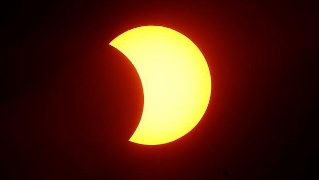 Fase inicial del eclipse parcial solar captado en la ciudad brasileña de Sao Paulo.