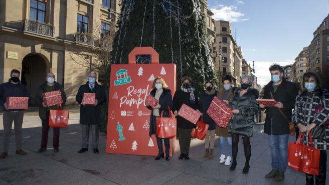 El alcalde de Pamplona, Enrique Maya, en la presentación de la campaña 'Estas Navidades regala Pamplona'.