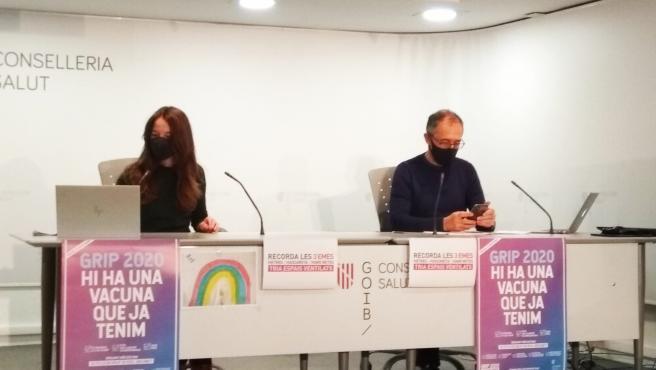 El portavoz del Comité Autonómico de Gestión de Enfermedades Infecciosas de Baleares, Javier Arranz, y la asesora técnica Margalida Frontera en rueda de prensa.
