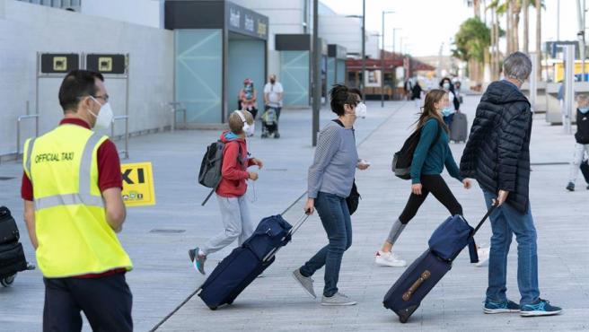 Llegada de turistas al aeropuerto de Tenerife Sur.
