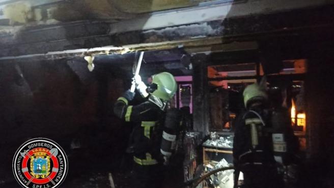 Los bomberos de Santander atienden el incendio