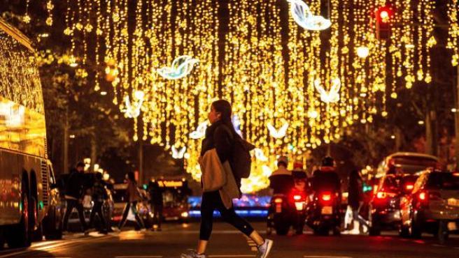 Ambiente de compras pre-navideñas en el Paseo de Gracia, en el centro de Barcelona.