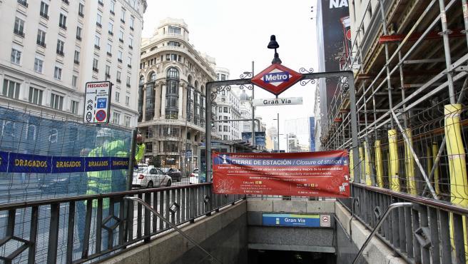 Uno de los accesos de la estación de metro de Gran Vía cerrado por las obras que se están acometiendo.
