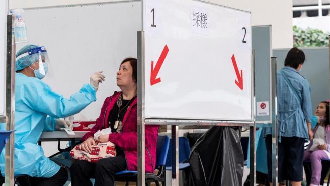 Pruebas para la detección del coronavirus en Hong Kong, China.