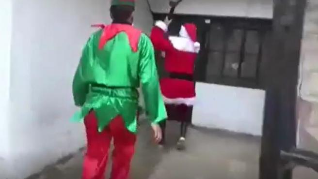 Dos policías peruanos, disfrazados de elfo y de Papá Noel.