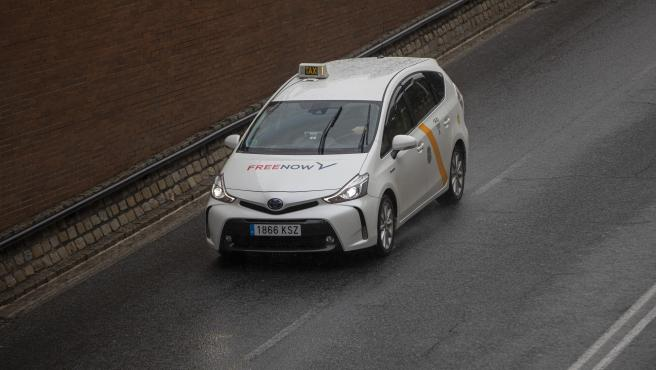 Un taxi circulando por la ciudad