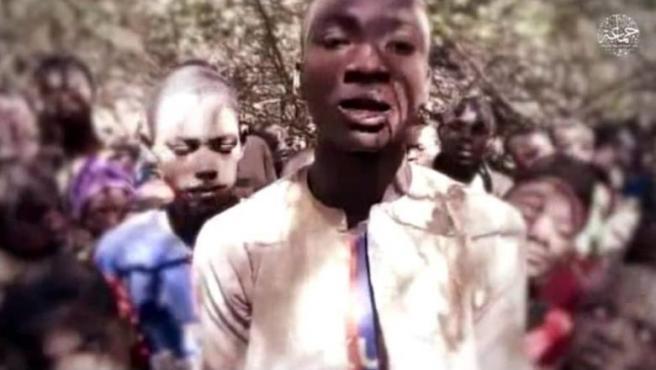 """El grupo terrorista Boko Haram ha publicado este jueves un vídeo en el que se ve a algunos de los más de 300 estudiantes de una escuela secundaria en el estado de Katsina, en el noroeste de Nigeria, confirmando así que el grupo está detrás del rapto.  En la grabación de algo más de unos seis minutos, uno de los estudiantes dice a cámara que han sido atrapados """"por la banda de Abú Shekau"""" y pide que les ayuden. Además, asegura que algunos de ellos han muerto como resultado de las fuerzas de seguridad mandatas en su rescate."""