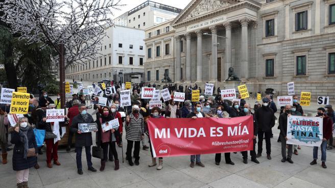 Vista de la concentración que Derecho a Morir Dignamente ha convocado frente Congreso de los Diputados.