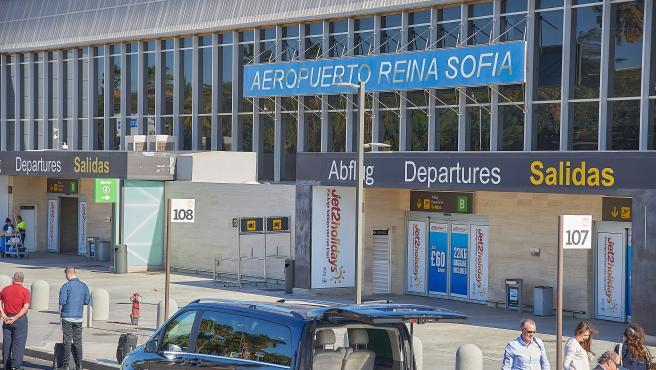 Aeropuerto Reina Sofía-Tenerife Sur del que han salido en un avión TUI un grupo de turistas que habían permanecido más de una semana en cuarentena en el Hotel H10 Costa Adeje Palace por el brote de coronavirus de la isla de Tenerife, en