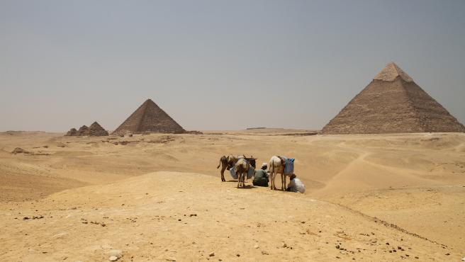 Imagen de las pirámides de Egipto, con la Gran Pirámide de Guiza a la derecha.