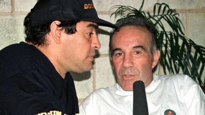 Alfredo Cahe, ex médico de Maradona, con el astro argentino.