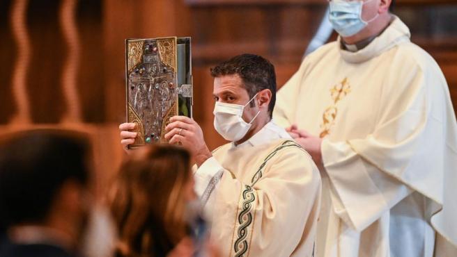 Imagen de archivo de un religioso levantando una Biblia.