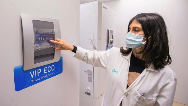 Una sanitaria muestra a los medios las cámaras frigoríficas instaladas en el Hospital Clínico Universitario de Zaragoza para almacenar la vacuna contra la Covid-19.