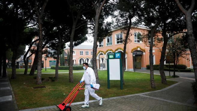 Un trabajador camina por una zona comercial en La Moraleja.