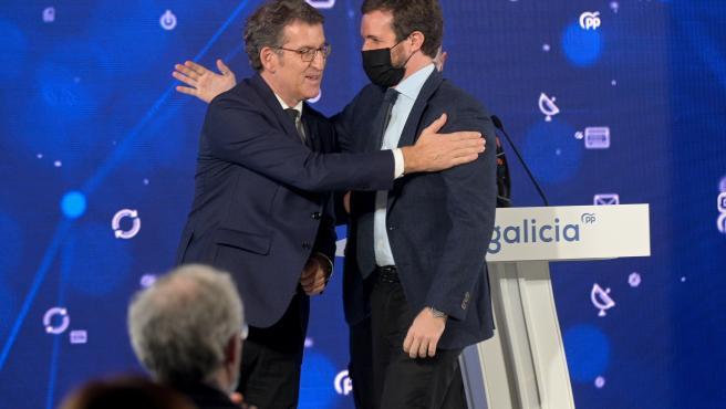 El presidente del Partido Popular, Pablo Casado (d) y el presidente de la Xunta de Galicia, Alberto Núñez Feijóo, durante el acto.