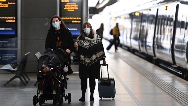Viajeros en la estación internacional de St. Pancras, en Londres.