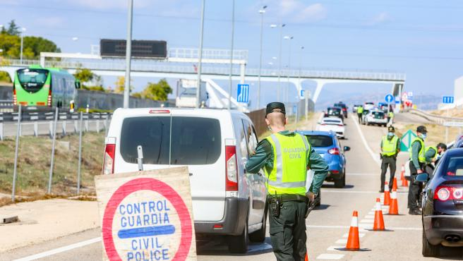 Agentes de la Guardia Civil vigilan durante un control efectuado en kilómetro 19 de la A-6, en Madrid