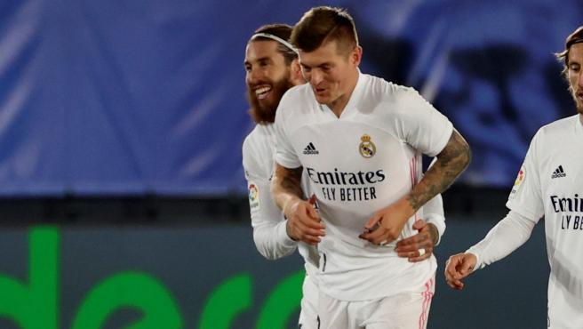 Toni Kroos celebra con sus compañeros del Real Madrid.