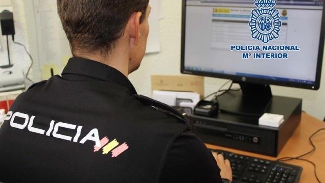 Agente de Policía Nacional ante un ordenador