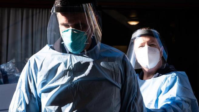 Dos trabajadores sanitarios se preparan para administrar la vacuna de Pfizer-BioNTech contra la COVID-19 a los empleados de una residencia en Mill Valley, California (EE UU).