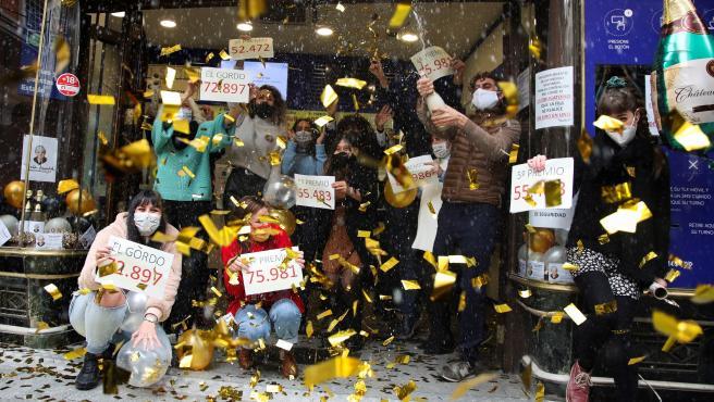 Loteros de la administración de 'Doña Manolita' de Madrid festejan haber vendido décimos del premio Gordo de Navidad 2020 que ha recaído en el número 72.897.
