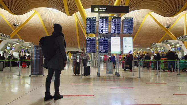 Viatgers en la terminal T4 de l'Aeroport Adolfo Suárez Madrid-Barajas.