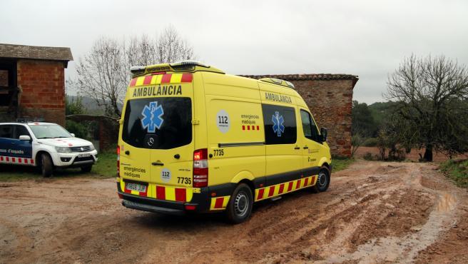 Una ambulancia del Servei d'Emergències Mèdiques (SEM) y un coche de Mossos d'Esquadra, en una imagen de archivo.