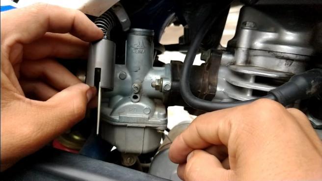 Detalle del carburador de la moto.